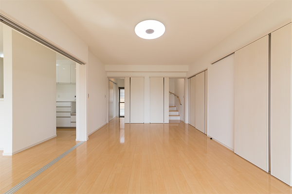 照明に照らされた白い壁紙の部屋
