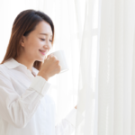 快適な空間で飲み物を飲む女性