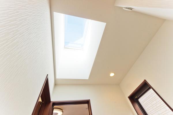陽光が降り注ぐ明るい家になる! 天窓を設置するリフォームのメリット