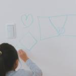 子どもが壁紙に落書きしたら? 対処法と防止方法とは